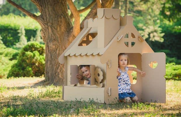 Dzieci w domku drewnianym
