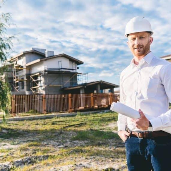 inżynier na budowie domu