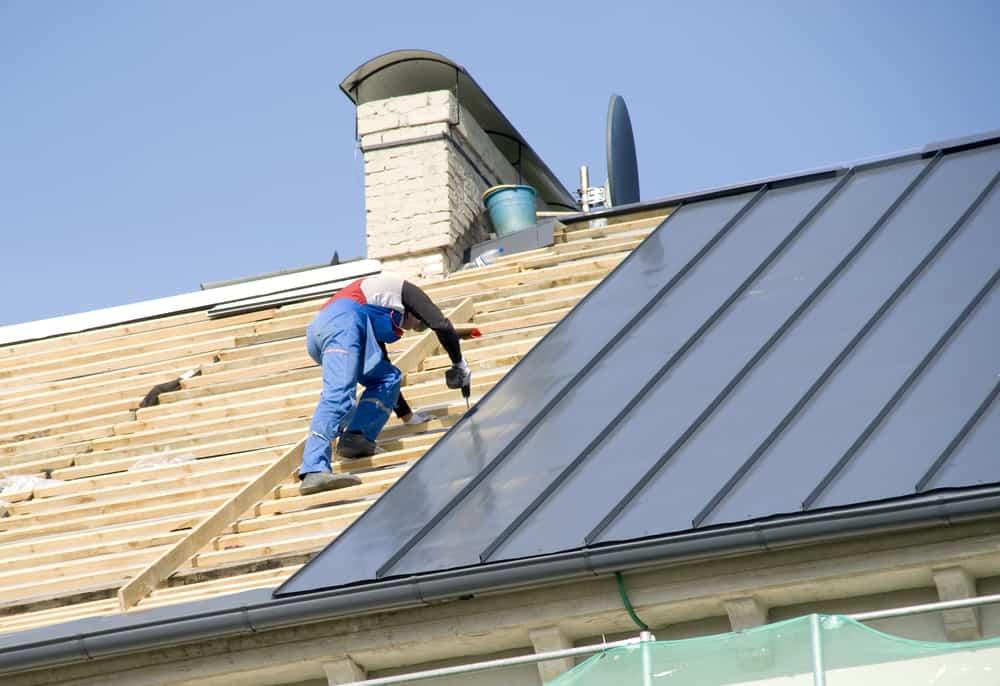 układanie pokrycia na dachu